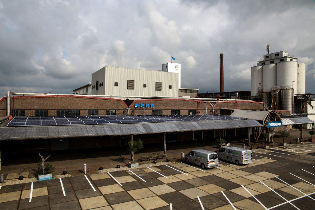 Zonnecellen - DeFabrique installs solar panels